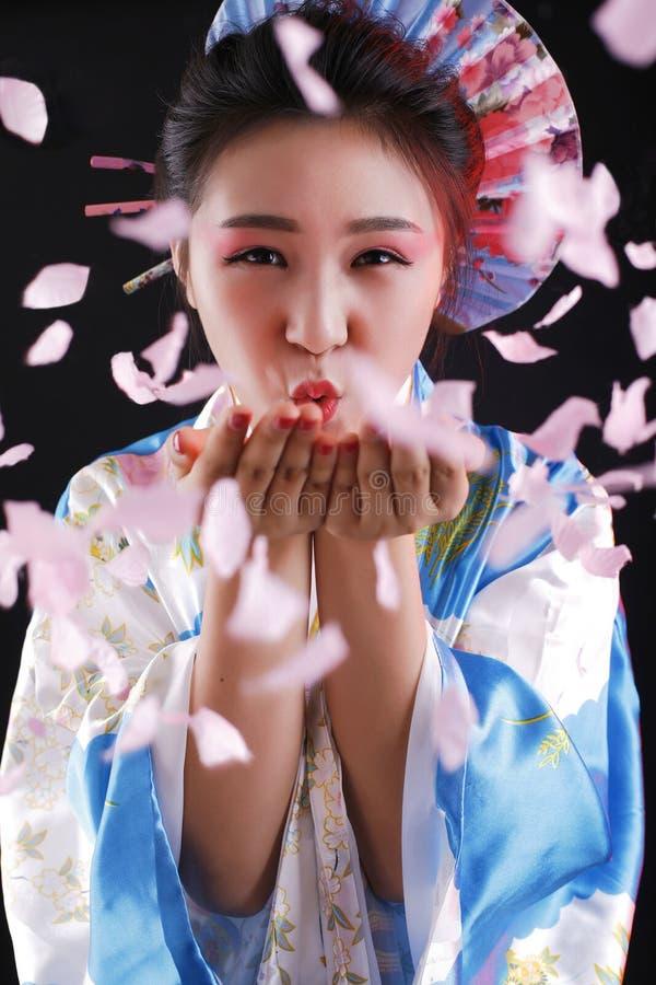 En härlig asiatisk flicka och en japansk kimono royaltyfria foton