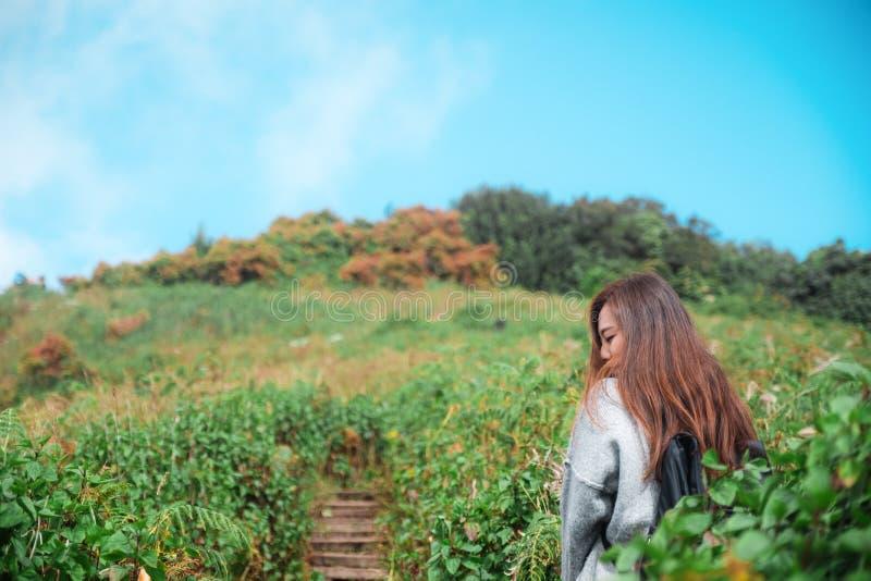 En härlig asiatisk kvinnaturist som går och trekking längs bergen i tropisk skog fotografering för bildbyråer