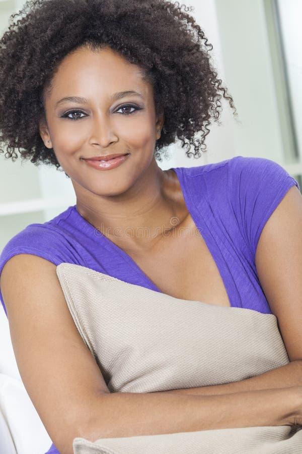 Lycklig blandad Raceafrikansk amerikanflicka royaltyfri bild