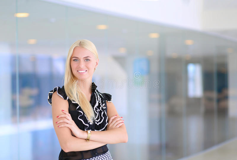 En härlig blond affärskvinna öppnar kontorsdörren royaltyfri bild