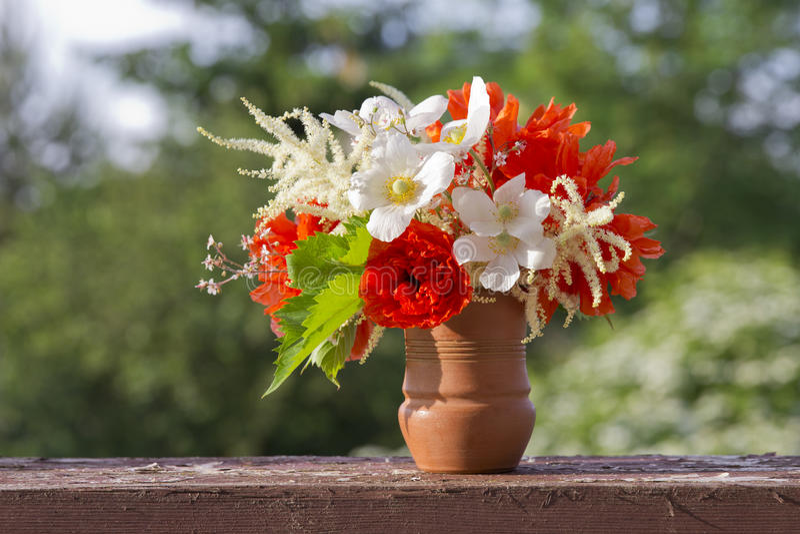 En härlig bukett av röda och vita trädgårds- blommor arkivbild