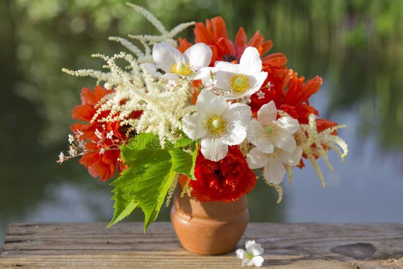En härlig bukett av röda och vita trädgårds- blommor royaltyfri bild