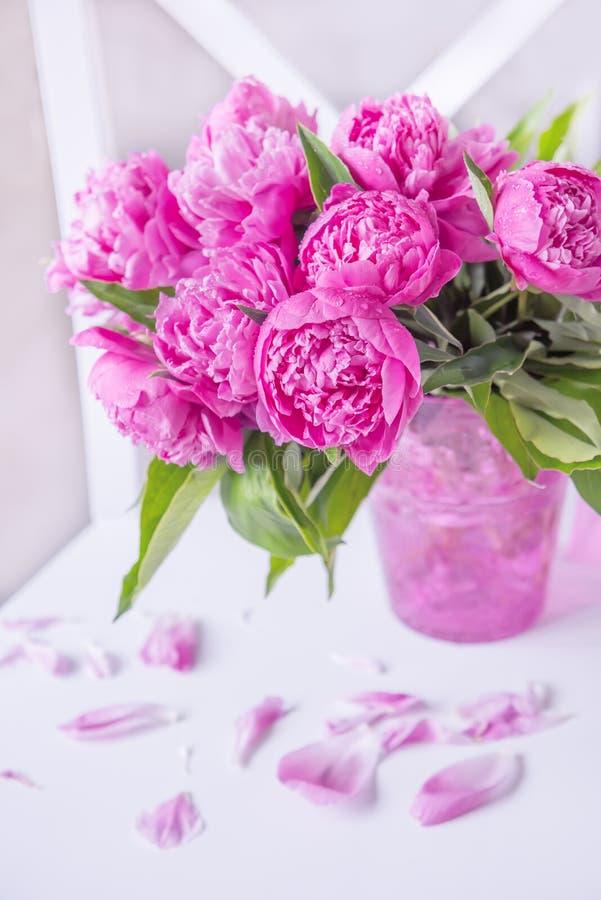 En härlig bukett av rosa pioner arkivfoton