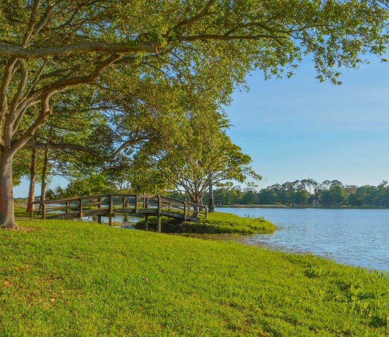 En härlig dag för en gå och sikten av den wood bron till ön på John S Taylor Park i Largo, Florida royaltyfria foton