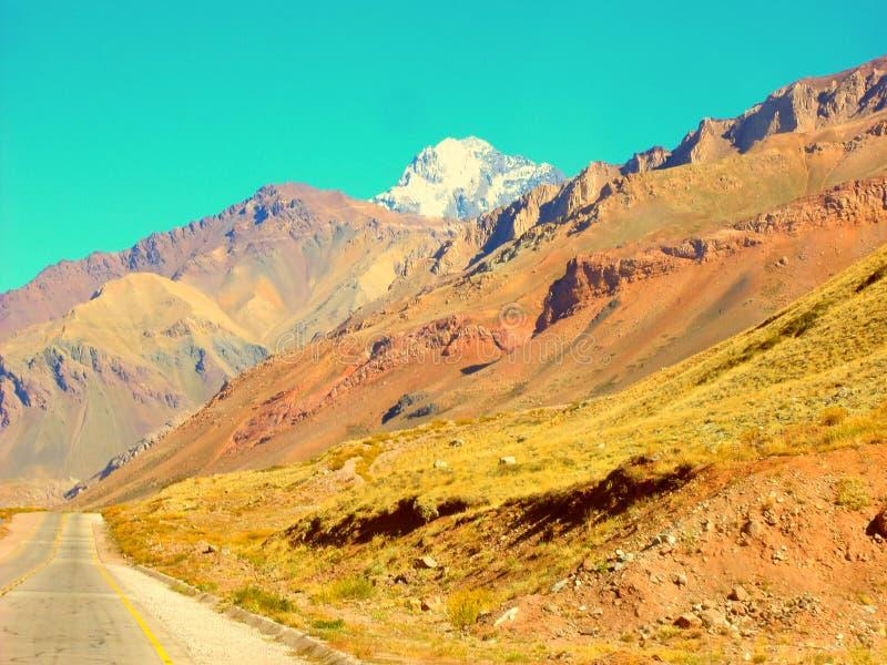 En härlig dal av berg vid rutaen 40 Mendoza Argentina royaltyfri bild