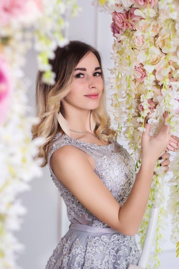 En härlig flicka i en smart klänning royaltyfri bild