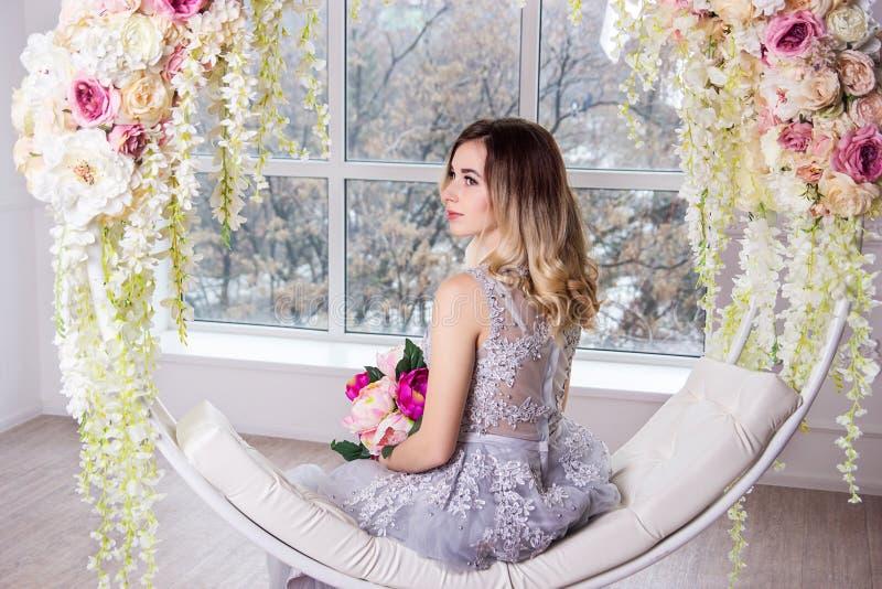 En härlig flicka i en smart klänning royaltyfri foto
