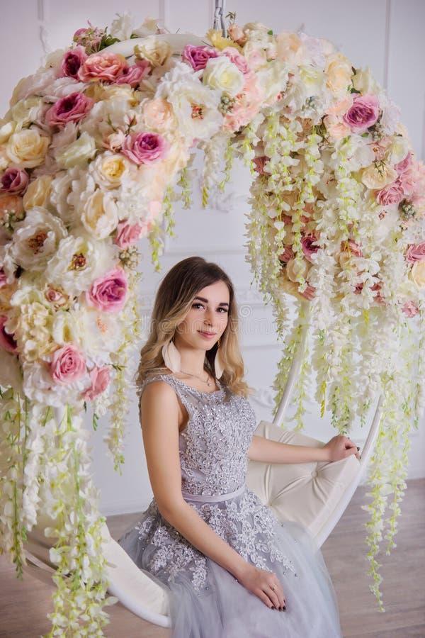 En härlig flicka i en smart klänning royaltyfri fotografi