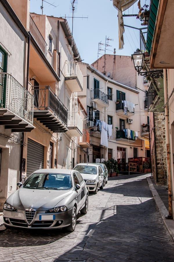 En härlig gata av den Sicilian staden royaltyfria bilder