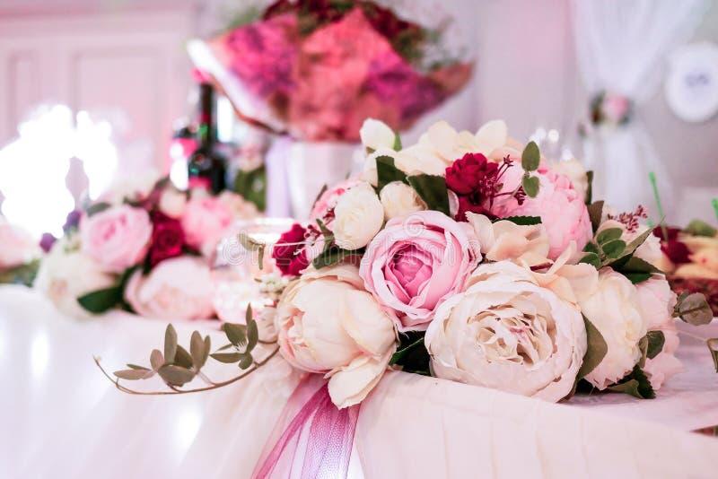 En härlig gifta sig bukett av rosor ligger på tabellen royaltyfria foton