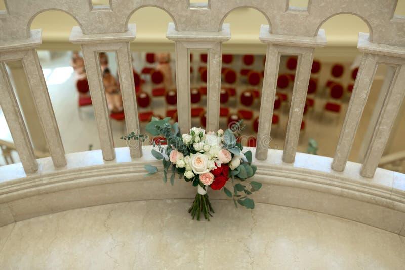 En härlig gifta sig bukett med för den rosor, vit och röd för eukalyptus eustomaen för sidor, för rosor, för pion Gifta sig som ? fotografering för bildbyråer
