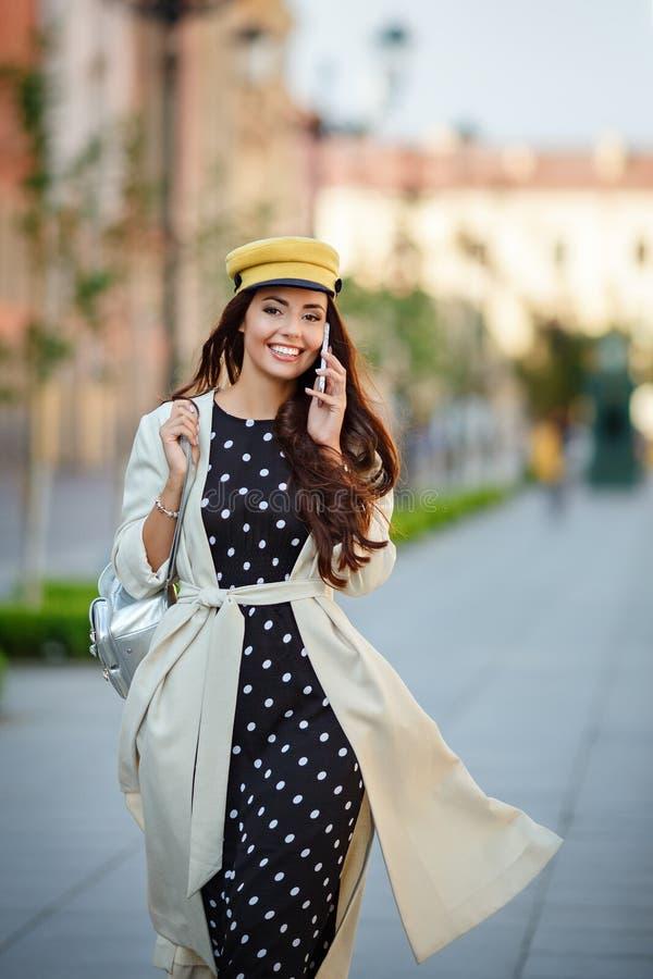 En härlig, glamorös och stilfull flicka, en brunett går i arkivfoto