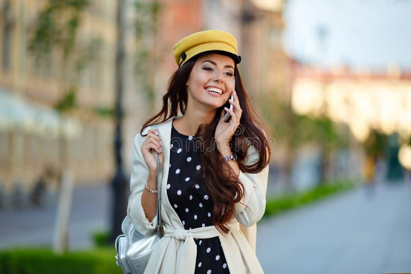 En härlig, glamorös och stilfull flicka, en brunett går i royaltyfri foto