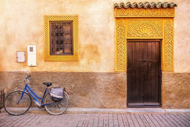 En härlig husfasad i Marocko, med utsmyckade dörr- och fönsterramar arkivbild
