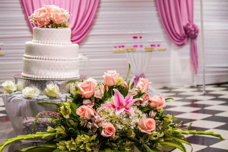En härlig kaka med de rosa och orange rosorna arkivbild