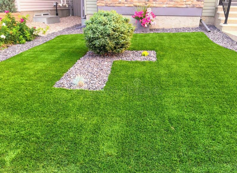 En härlig konstgjord gräsmatta i förorterna av Edmonton arkivfoto
