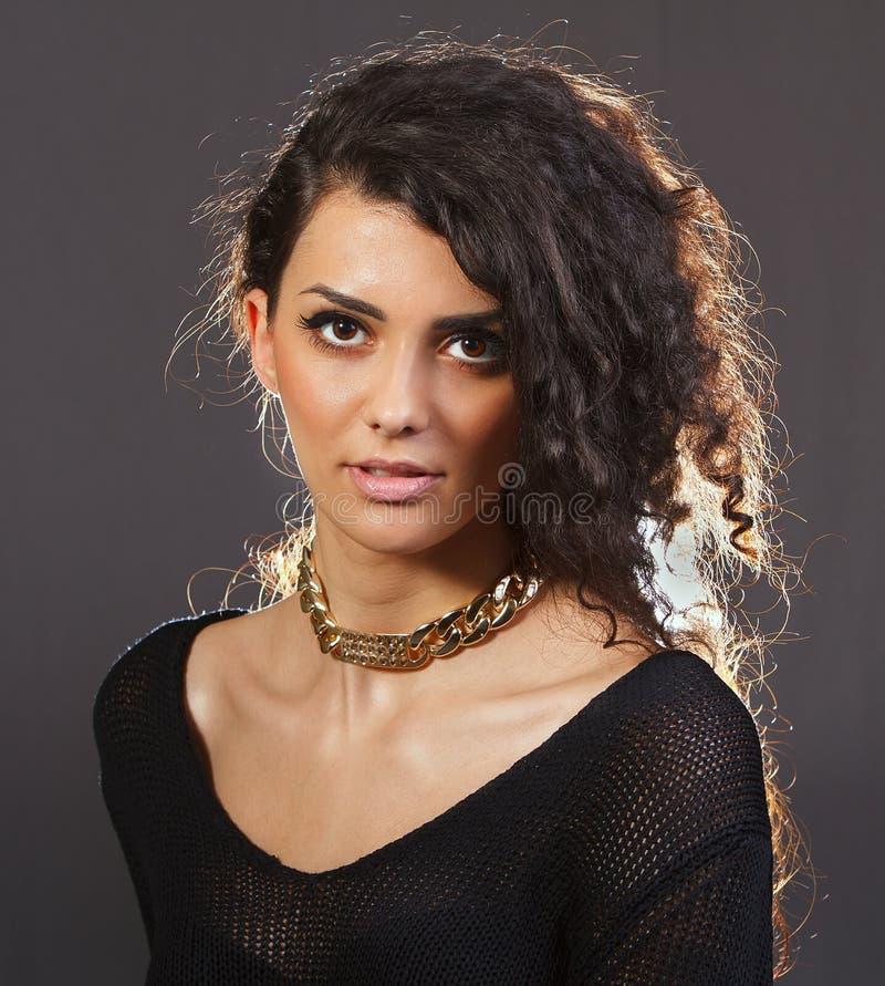 En härlig kvinna med en guld- halsband arkivfoto