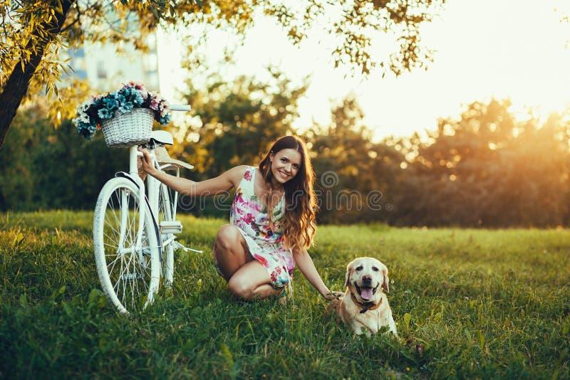 En härlig kvinna och hans hund arkivfoton