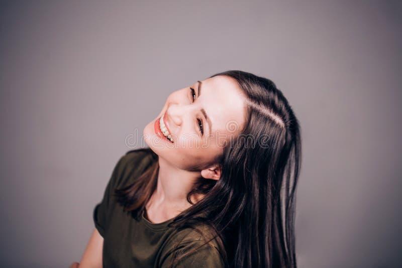 En härlig kvinna skrattar non stoppet roligt mycket Positiva mänskliga sinnesrörelser arkivbilder