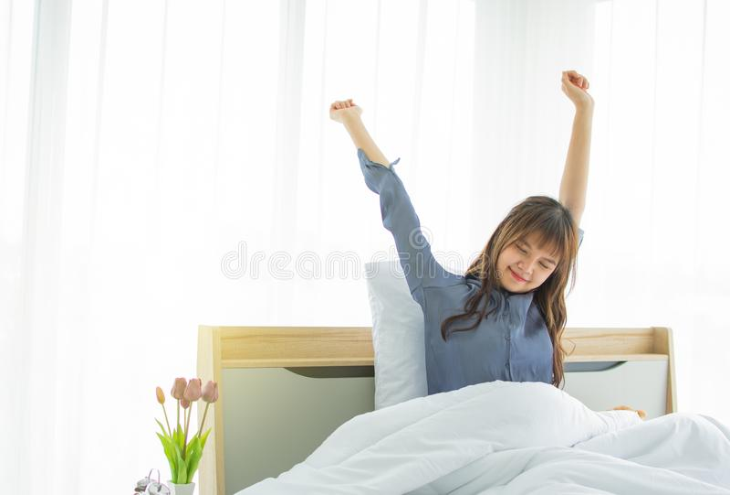 En h?rlig kvinna vaknar upp i morgonen royaltyfria foton