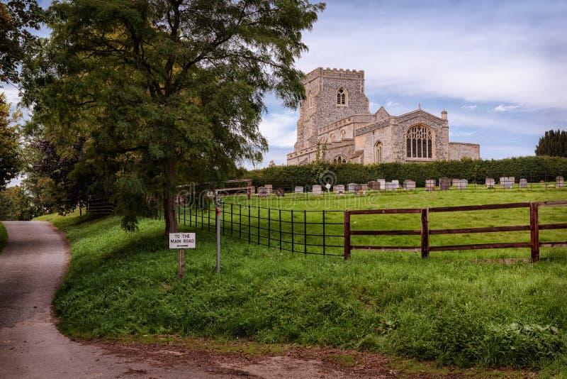 En härlig kyrka i den engelska bygden arkivfoton