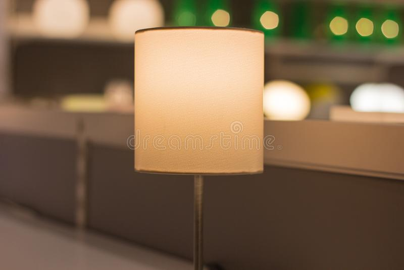 En härlig lampa är på tabellen, bakgrunden är suddig royaltyfria bilder