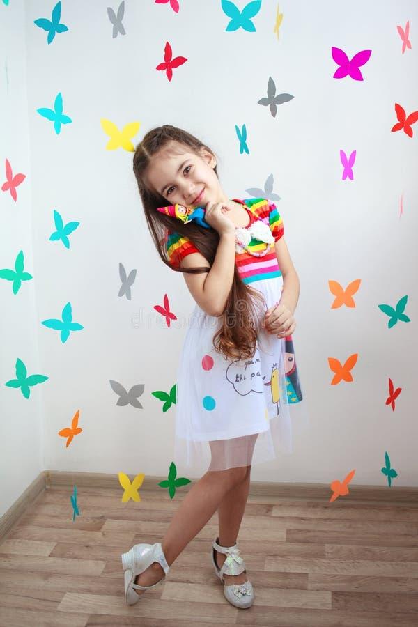 En härlig liten flicka i ljus klänning arkivfoto