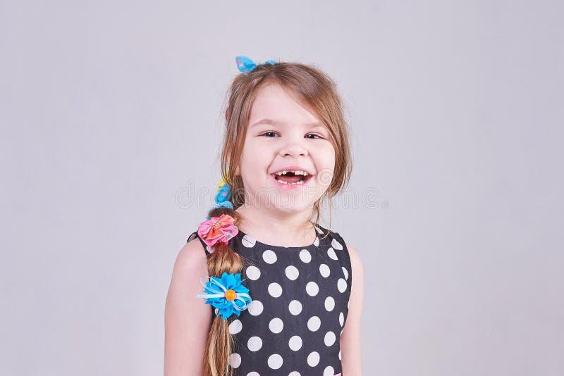 En härlig liten flicka ler ett tandlöst leende royaltyfria bilder