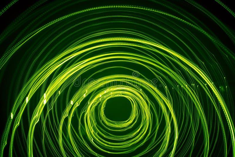 En härlig ljus ljus virvel av grön färg Futuristisk ljus målning på en svart bakgrund royaltyfri bild