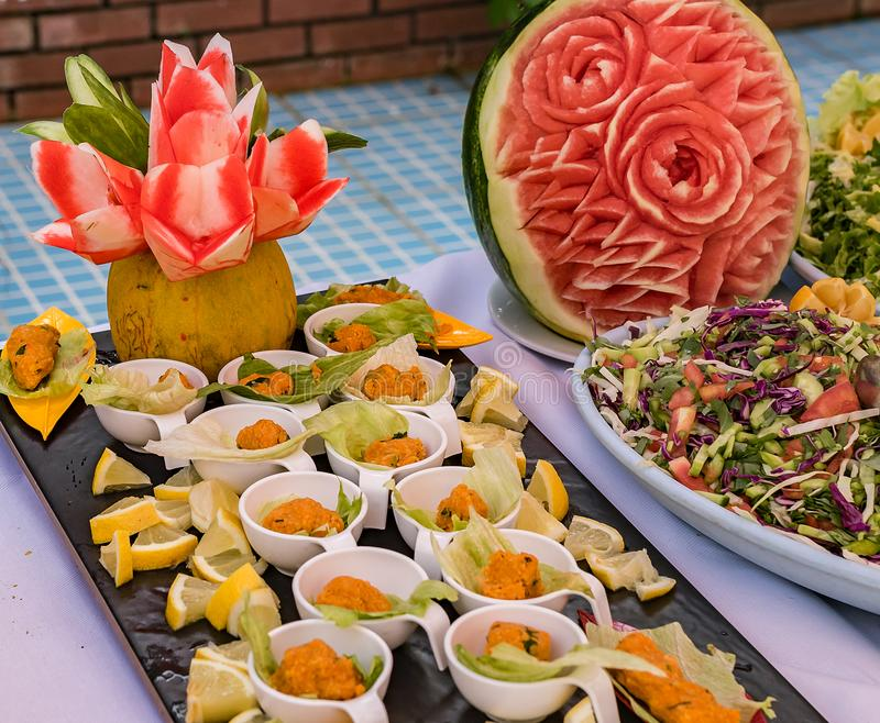 En härlig maträtt för en festlig tabell av frukter och grönsaker arkivbilder