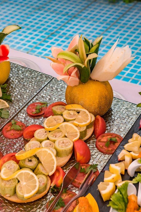 En härlig maträtt för en festlig tabell av frukter och grönsaker royaltyfria foton