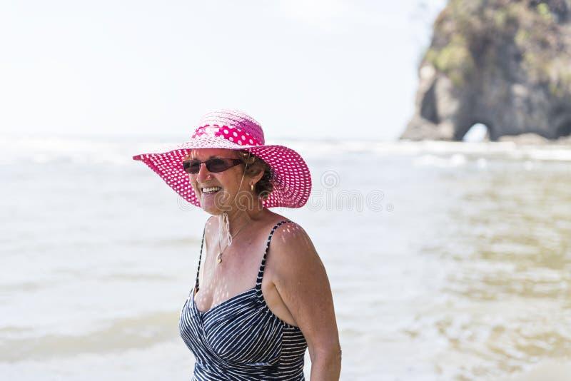 En härlig mogen hög kvinna på stranden royaltyfria bilder