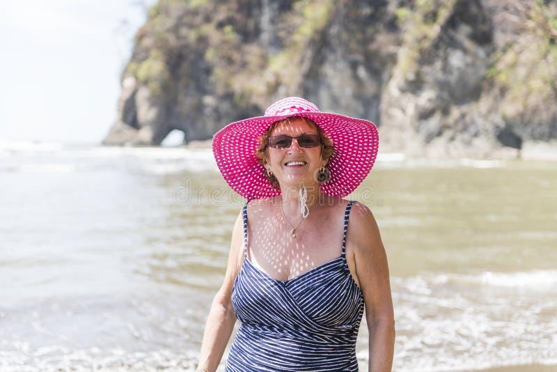 En härlig mogen hög kvinna på stranden arkivfoton