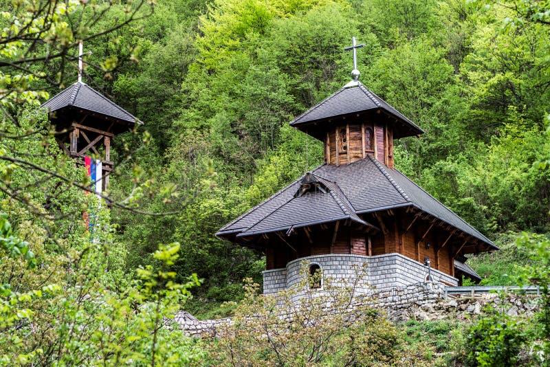 En härlig ortodox kyrka i skogen - Solotusa, Serbien royaltyfria bilder