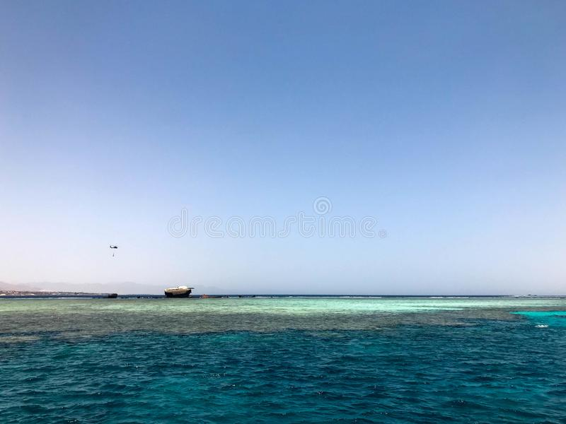 En härlig seascape som förbiser det blåa salta havet på den tropiska badorten och haveriplatsen av ett skepp, ett fartyg, en tank fotografering för bildbyråer