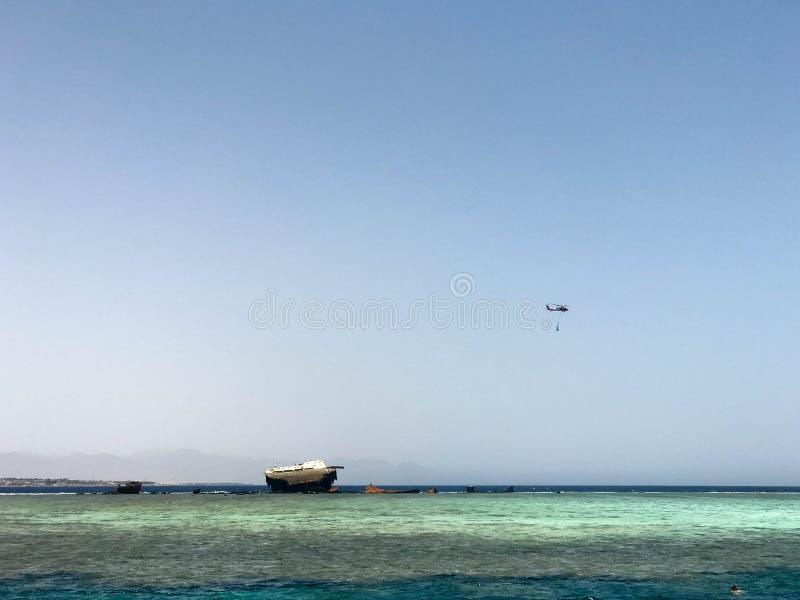 En härlig seascape som förbiser det blåa salta havet på den tropiska badorten och haveriplatsen av ett skepp, ett fartyg, en tank royaltyfri foto