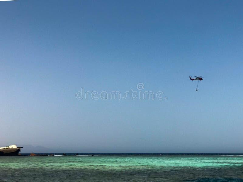 En härlig seascape som förbiser det blåa salta havet på den tropiska badorten och haveriplatsen av ett skepp, ett fartyg, en tank royaltyfria bilder