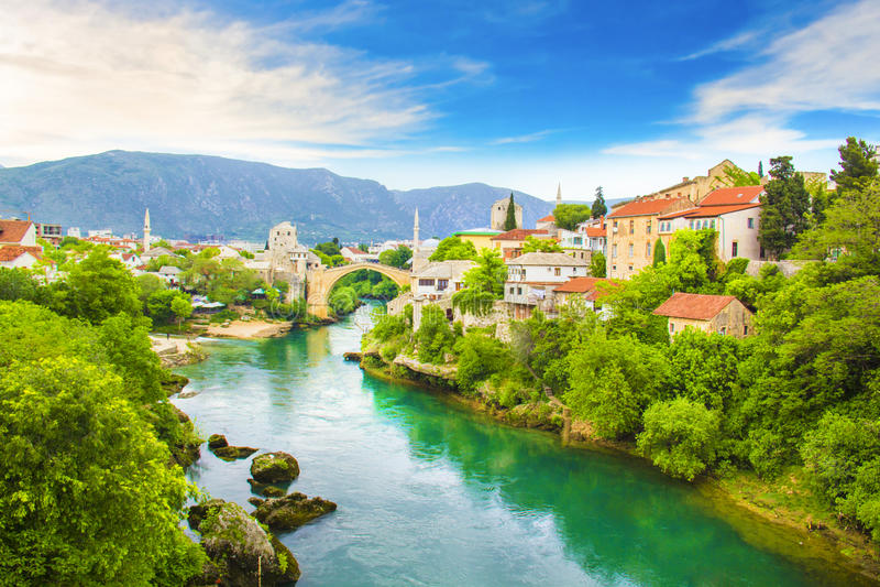 En härlig sikt av den gamla bron över den Neretva floden i Mostar, Bosnien och Hercegovina arkivbilder