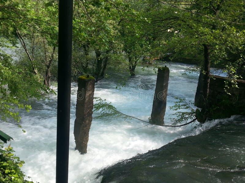 En härlig sikt av floden och vattenfallet royaltyfri bild