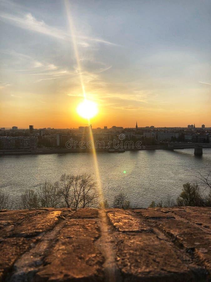 En härlig solnedgång nära Donau royaltyfria foton