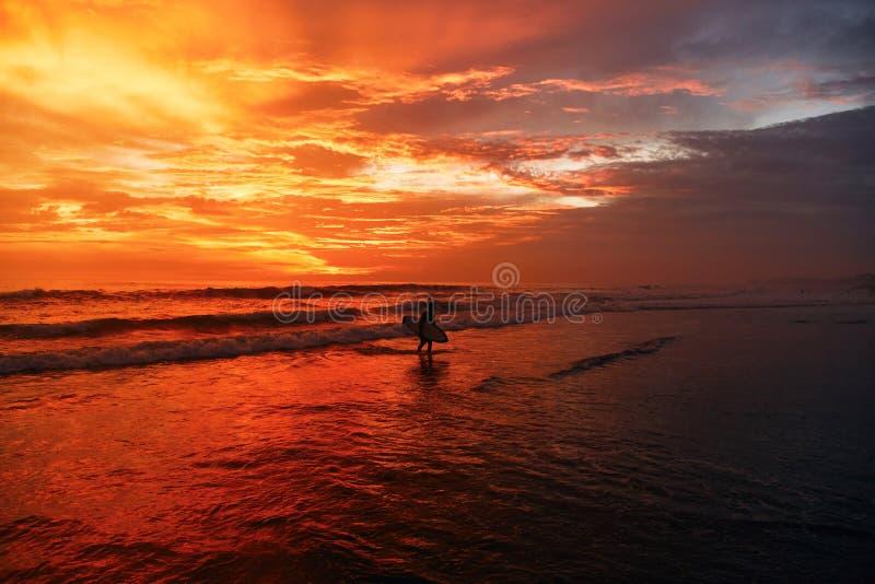 En härlig solnedgång på en av stränderna av Canggu, Bali, Indonesien fotografering för bildbyråer