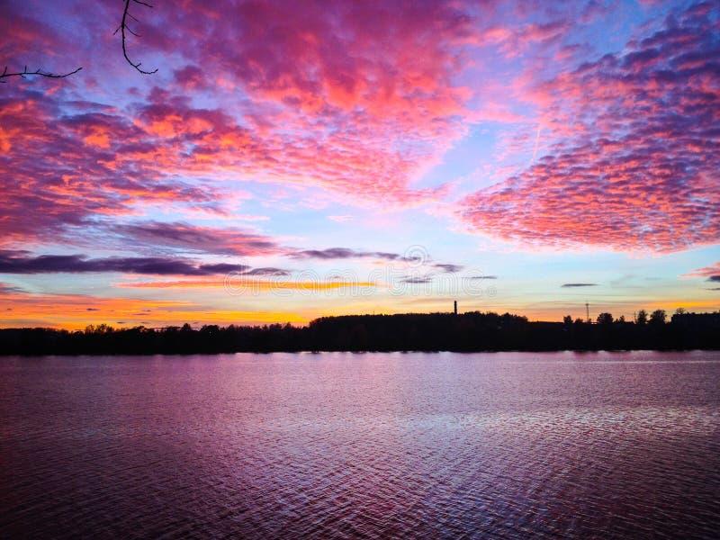 En härlig solnedgångafton på floden arkivbild