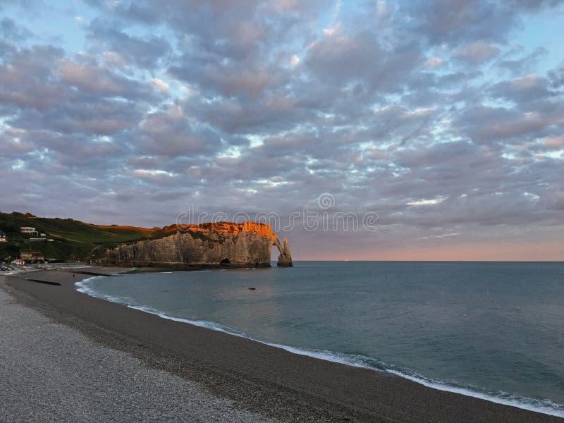 En härlig soluppgång på den Etretat stranden fotografering för bildbyråer