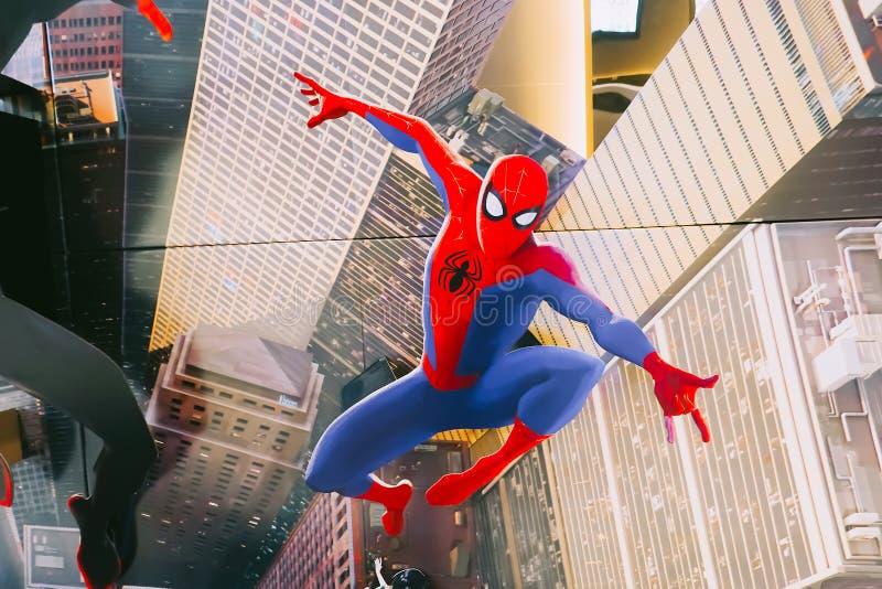 En härlig standee av en film kallade Spider-Man in i Spindel-vers skärmen på bion för att främja filmen royaltyfri bild