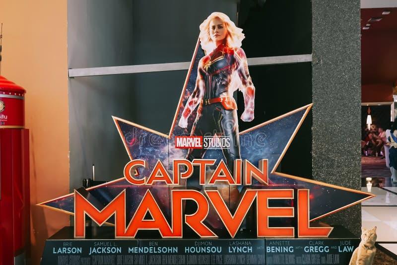 En härlig standee av en film kallade stjärnor för kapten Marvel eller Carol Danvers av Brie Larson skärmar som visar på bion arkivbild