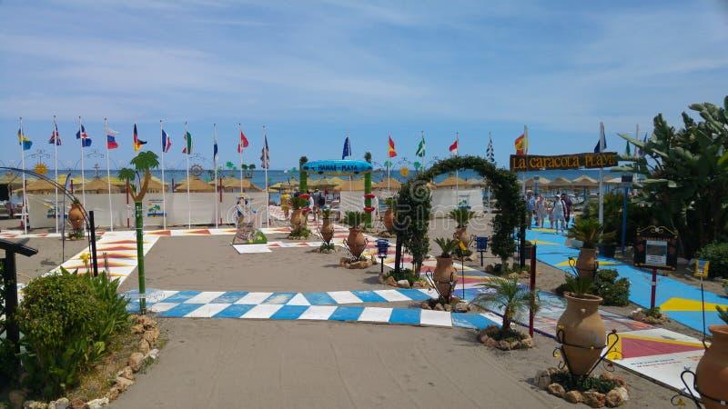 En härlig strand med flaggan royaltyfria foton