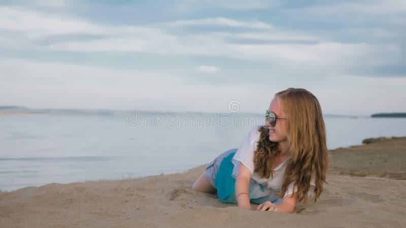 En härlig tonårs- flicka med brunt hår utanför på en härlig sommardag royaltyfri bild