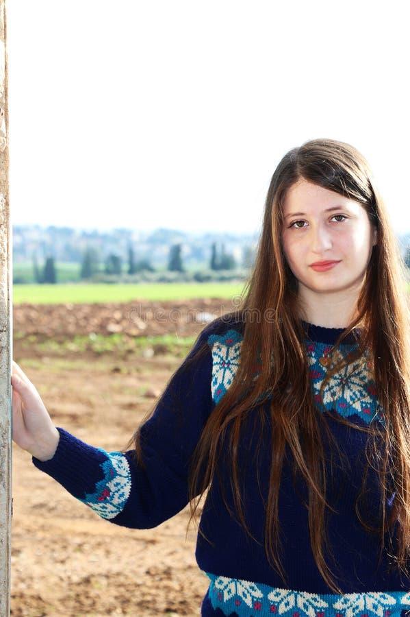 En härlig tonårs- flicka står le arkivfoto