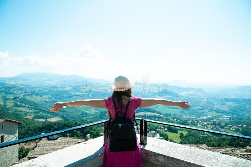 En härlig touristic flicka i San Marino som beundrar sikten arkivfoto