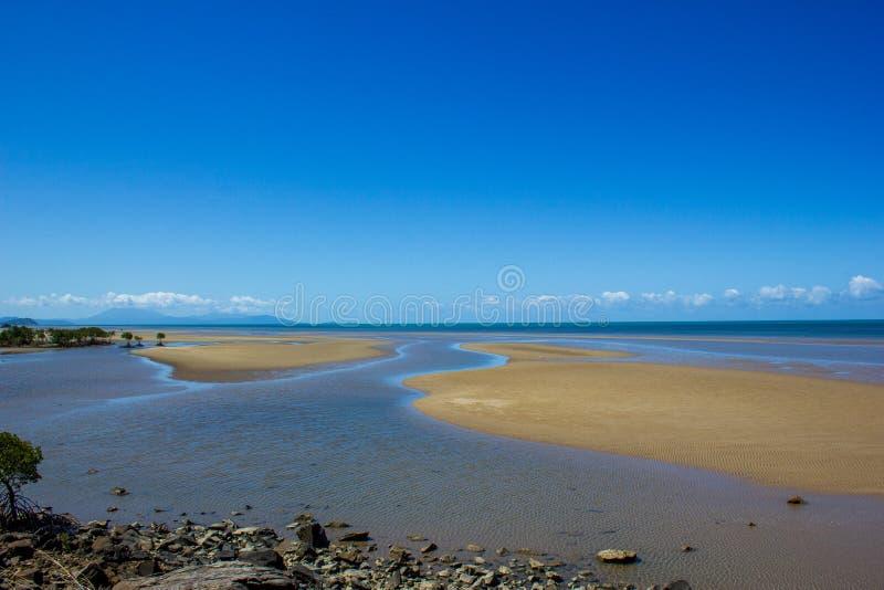 En härlig tropisk strand under lågvatten i nordliga Australien, uddebedrövelse, queensland, Australien arkivfoton